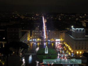 Piazza Venezia, con via del Corso illuminata