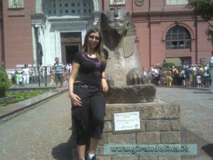Girandolina davanti a una Sfinge al Museo del Cairo