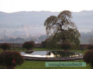 Il Parco e i giardini di Villa La Magia, con lo sfondo del Montalbano