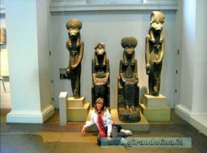 Girandolina e le statue di granito nero della Dea Sekhmet