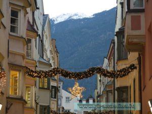 Centro storico di Bressanone addobbato a festa