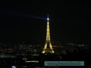 La Torre Eiffel illuminata di notte