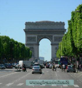 Gli Champs Elisees con l' Arco di Trionfo sullo sfondo