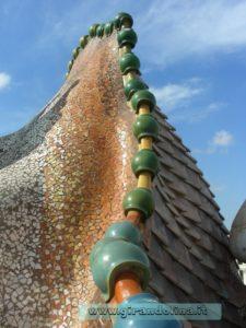 Il tetto a forma di schiena di drago di Casa Batllo'', opera di Gaudì
