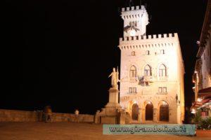 Piazza della Libertà con il Palazzo Pubblico in notturna