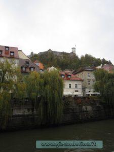 La Ljubljanica, con sullo sfondo il Castello
