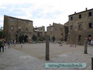 La piazzetta centrale del borgo