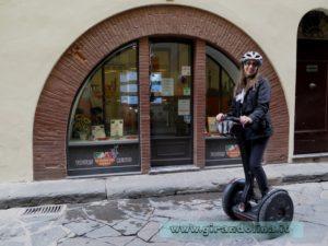 Girandolina davanti all' ufficio del Florence Segway Tours