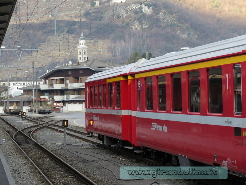 Il Trenino Rosso del Bernina, con il Campanile della Basilica della Madonna di Tirano sullo sfondo