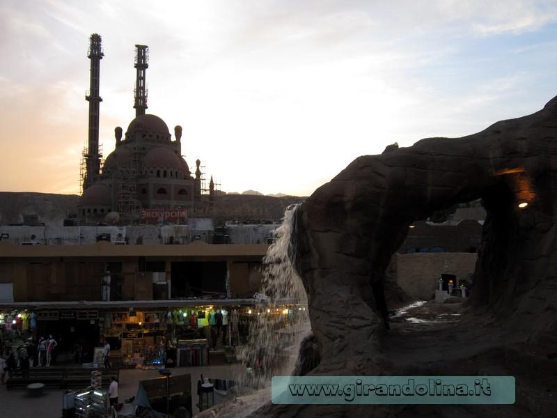 La città di Sharm Vecchia con sullo sfondo la Moschea in costruzione