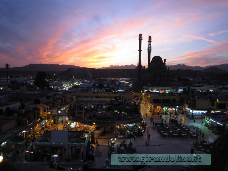 La città di Sharm Vecchia al tramonto