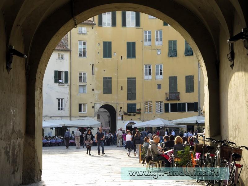 Uno dei 4 accessi alla Piazza Anfiteatro di Lucca