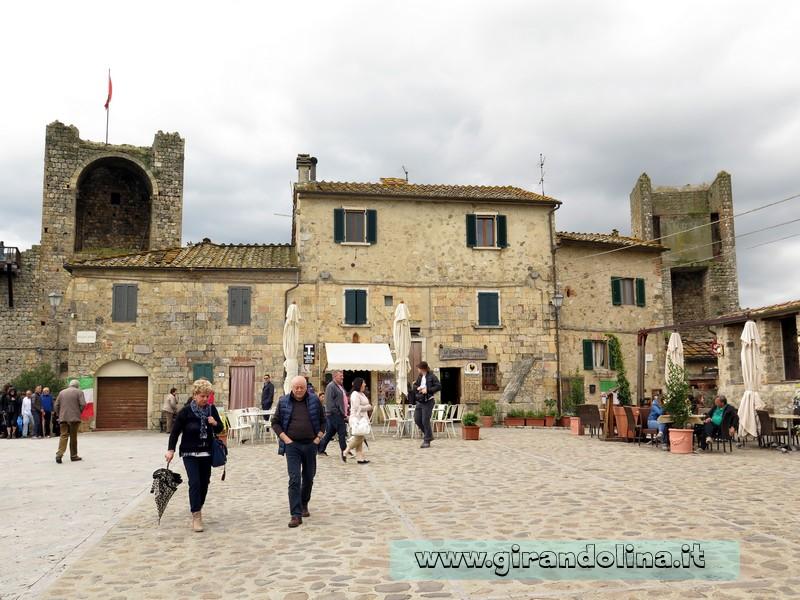 La Piazza Roma a Monteriggioni