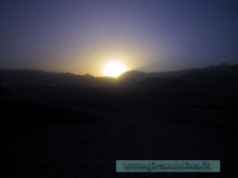 Il tramonto egiziano nel deserto di Sharm El Sheikh
