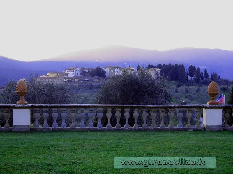 La terrazza di Villa Medicea di Artimino sul borgo