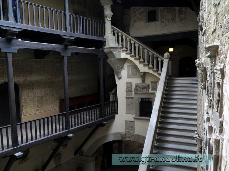 Castello di poppi arezzo e la leggenda del suo fantasma for Piani di coperta del cortile