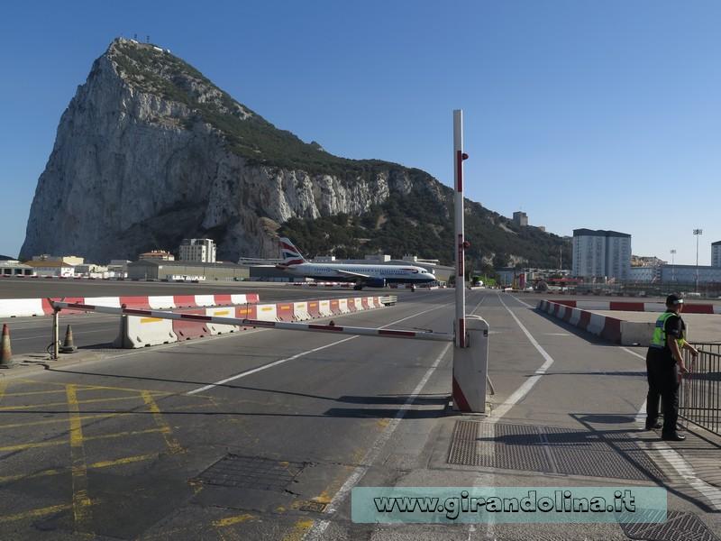 Il decollo dell'aereo all'aeroporto di Gibilterra