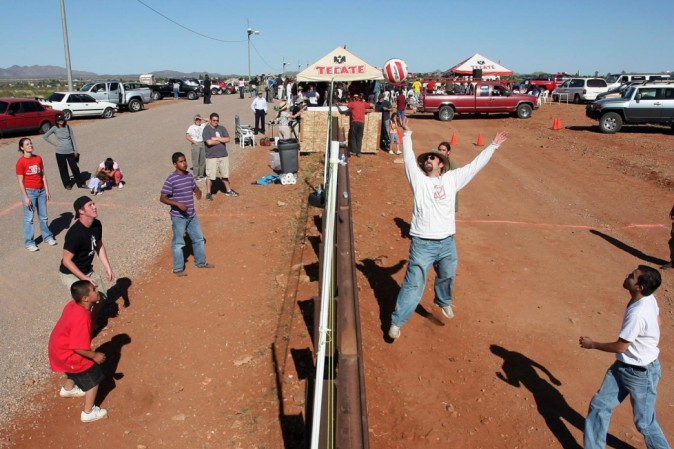 Confine Stati Uniti e Messico muro rete pallavolo (ph google)