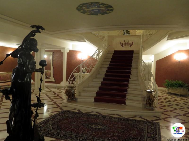 L' atrio e la superba scalinata di Villa La Borghetta