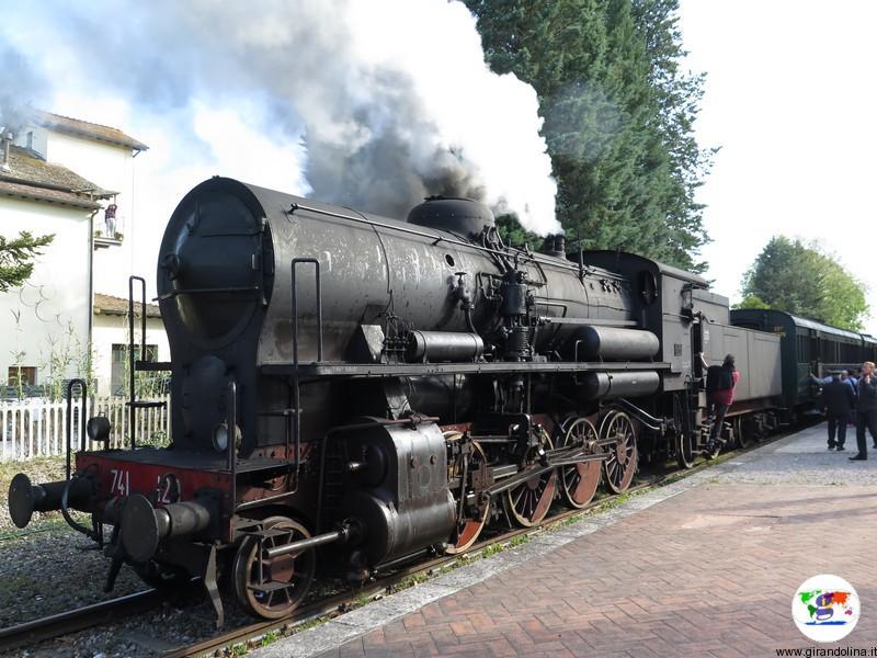Il Treno Natura che viaggia nella Val d'Orcia della Toscana Centrale