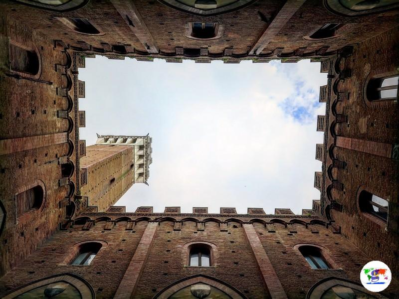Siena, la Torre del Mangia vista dal cortile interno del Palazzo Pubblico