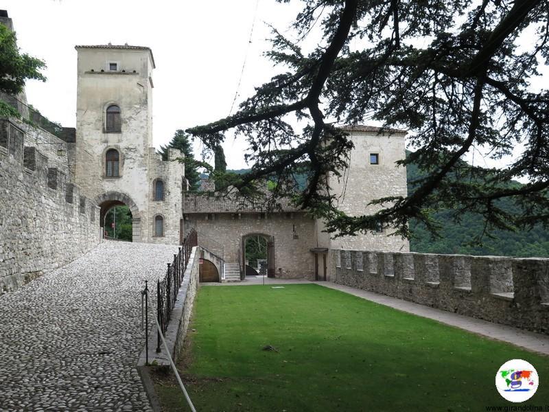 CastelBrando , le favolose mura e il cortile d' entrata