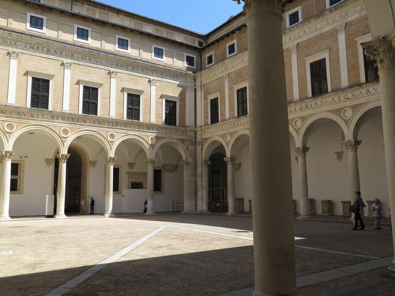 Palazzo Ducale di Urbino, il cortile d'onore lauranesco