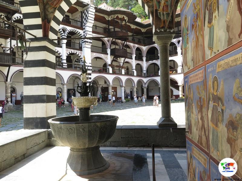 Monastero di Rila e la piccola fontana della chiesa