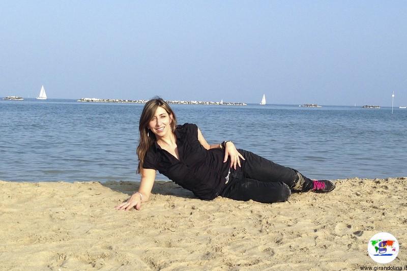 Viaggiare negli anni 90 - Elisa sulla spiaggia di Cesenatico