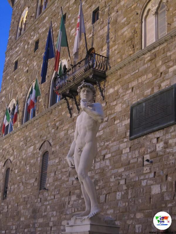 I Musei di Firenze - la statua del David davanti Palazzo Vecchio