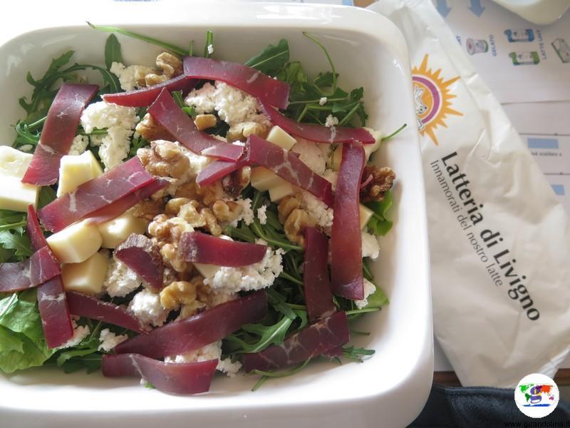Divertirsi a Livigno, una bella insalata sulla terrazza panoramica della Latteria di Livigno