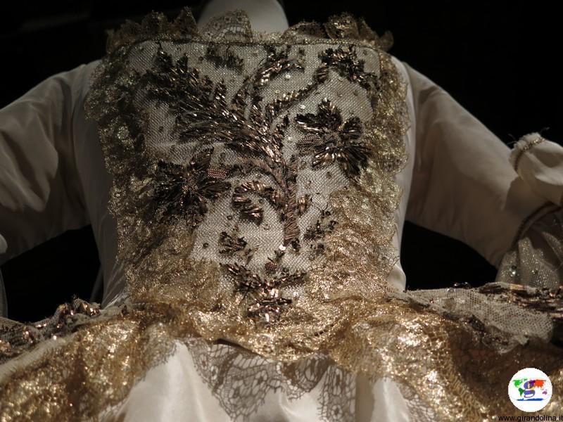 Maria Antonietta la mostra a Prato, particolare dell'abito da sposa