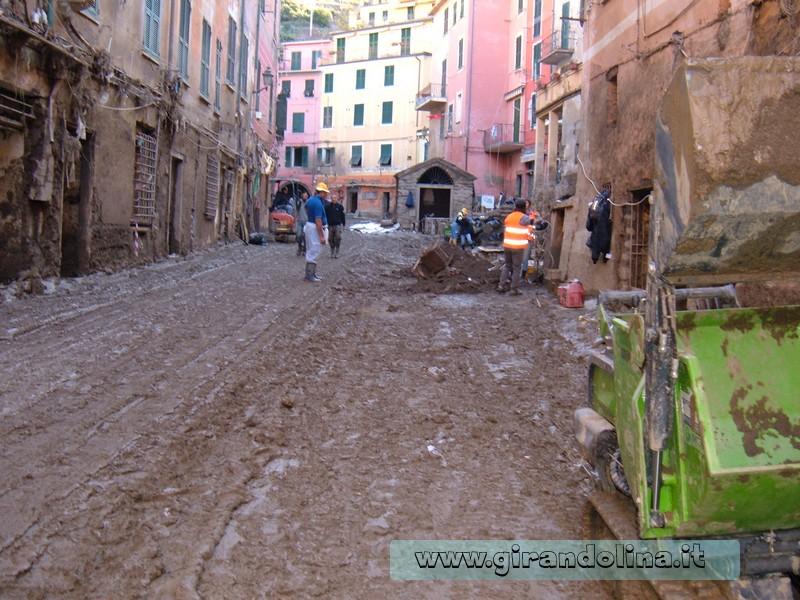 La via principale di Vernazza, invasa dal fango