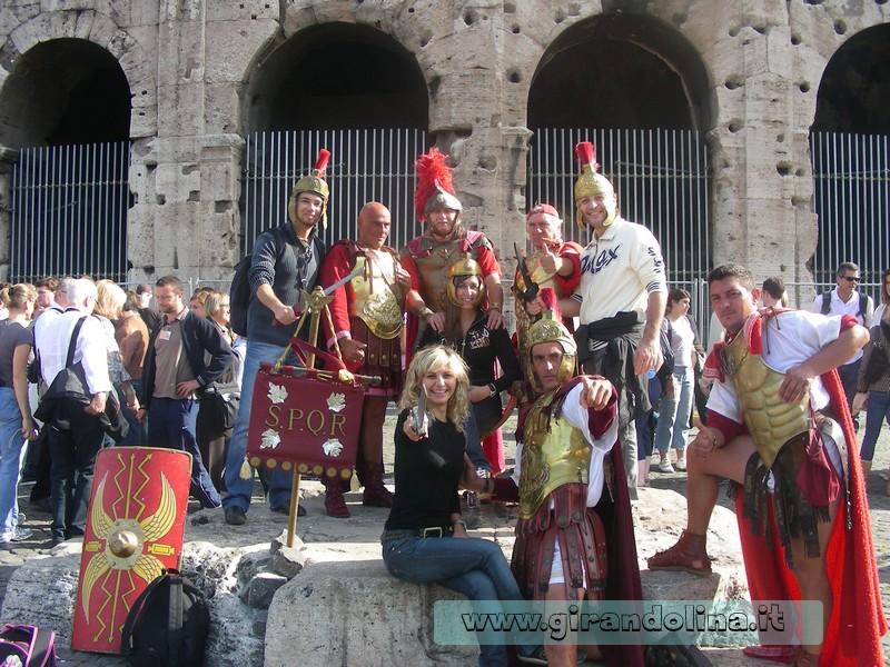 """Il nostro gruppo, insieme ai """"famosi gladiatori"""" romani, davanti al Colosseo"""