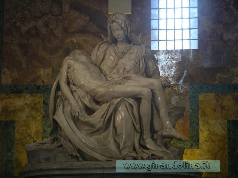 La statua della Pietà di Michelangelo