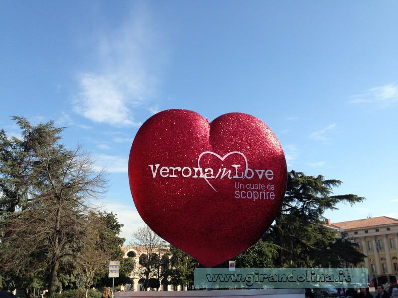 Piazza Bra, addobbata per il Verona in Love