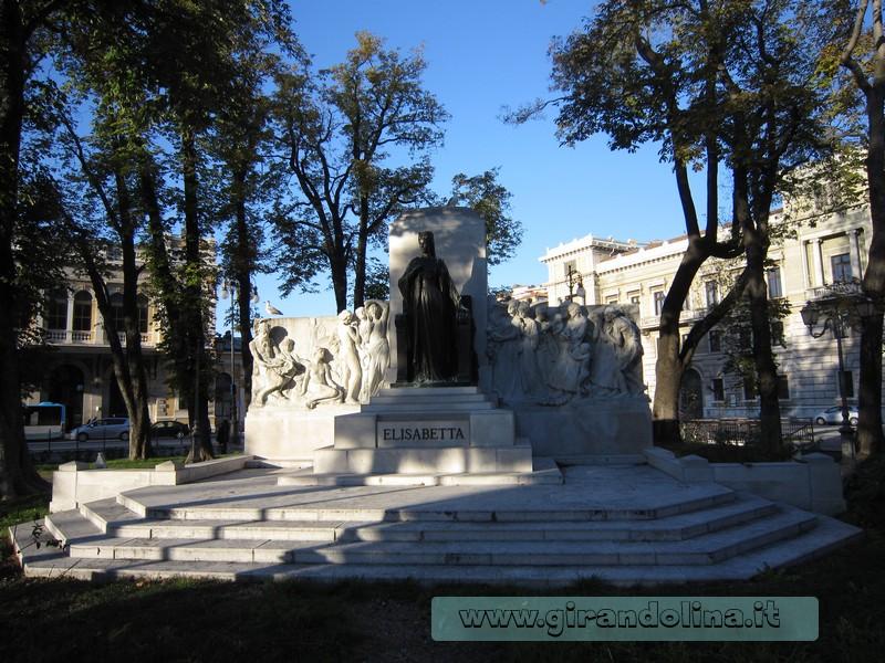 La statua della Principessa Sissi in Piazza della Libertà