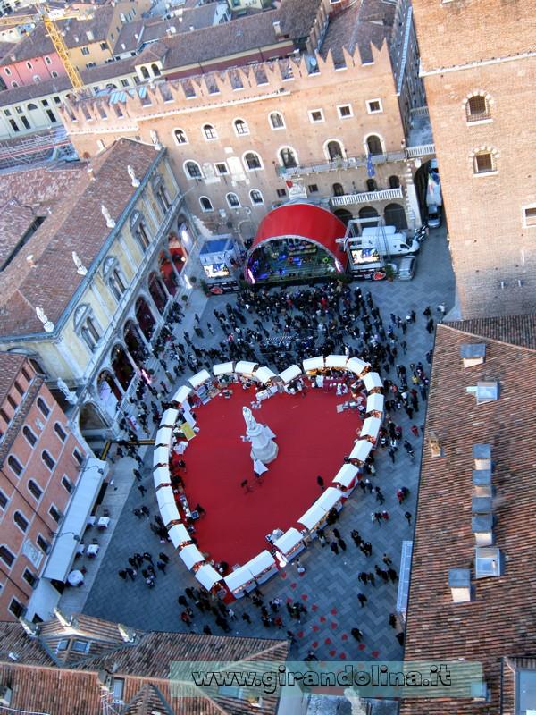 Piazza dei Signori con il cuore di Verona in Love, vista dalla Torre dei Lamberti