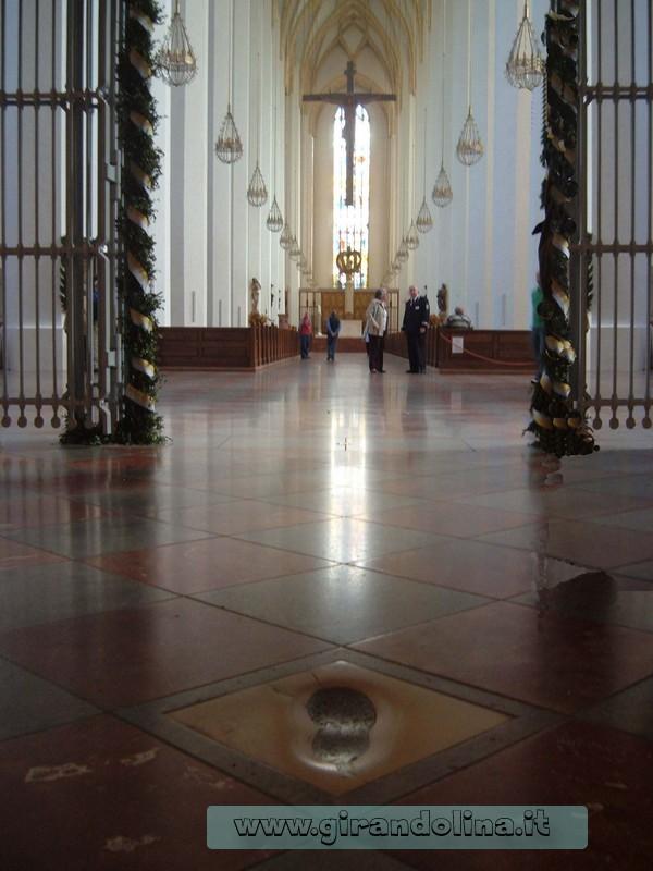L ' impronta del Diavolo all' interno della Frauenkirche