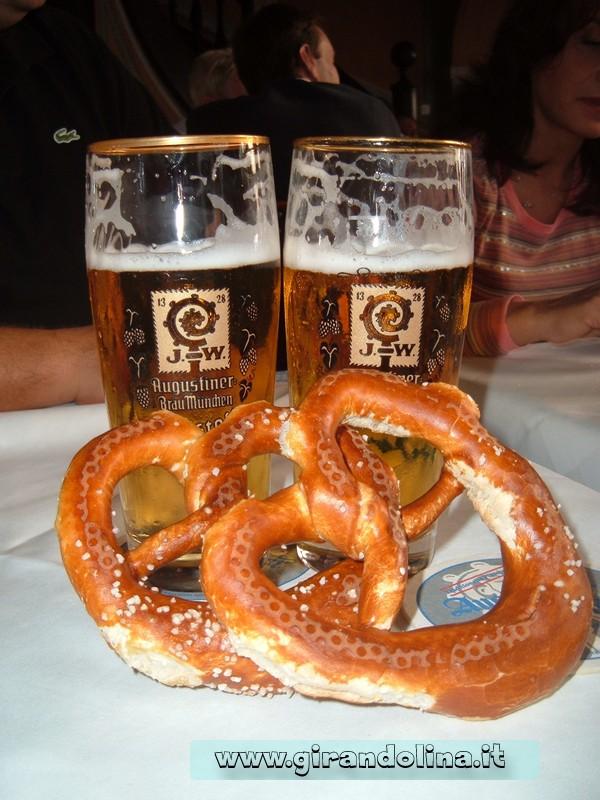Birra e Pretzel, tipico pasto all' Augustiner Brau