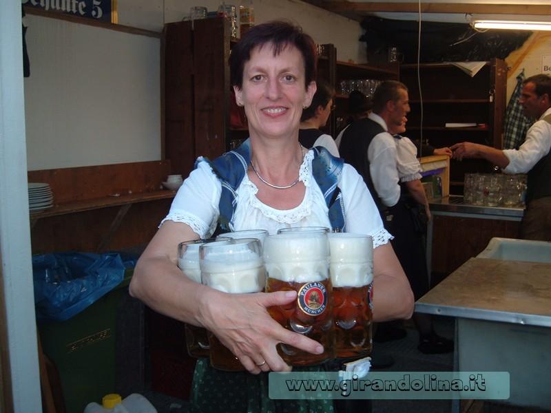 L'Oktoberfest -Le cameriere con gli 8 boccali