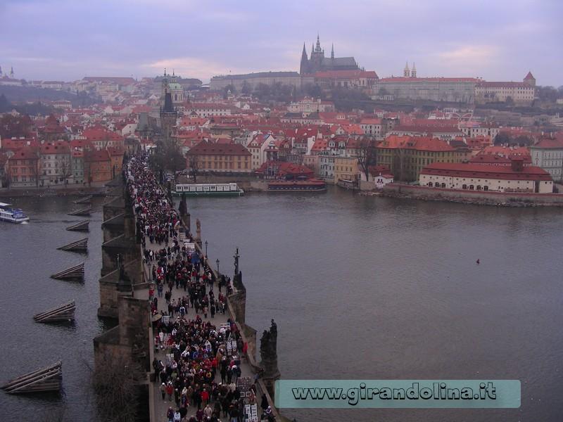 Il Ponte Carlo e sullo sfondo il Castello di Praga