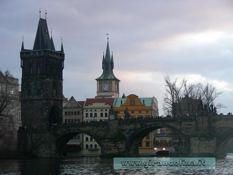 Crociera sulla Moldava, veduta del Ponte Carlo