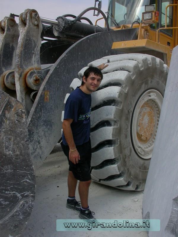 L'altezza delle ruote, delle Ruspe Escavatrici alle Cave di Marmo
