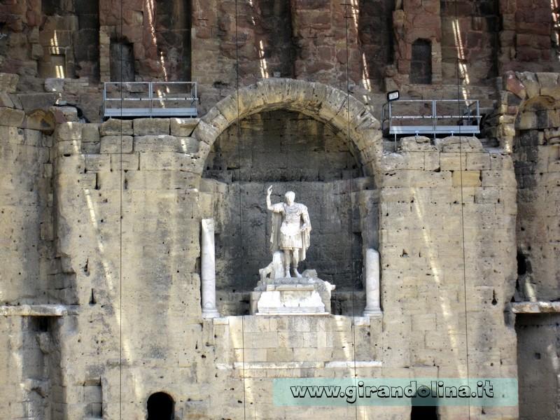 Imperatore Augusto con il braccio alzato