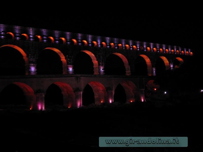 Il Pont du Gard illuminato di notte