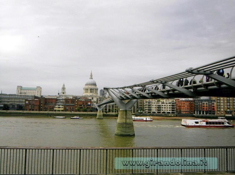 La chiesa Saint Paul con davanti il Millenium Bridge