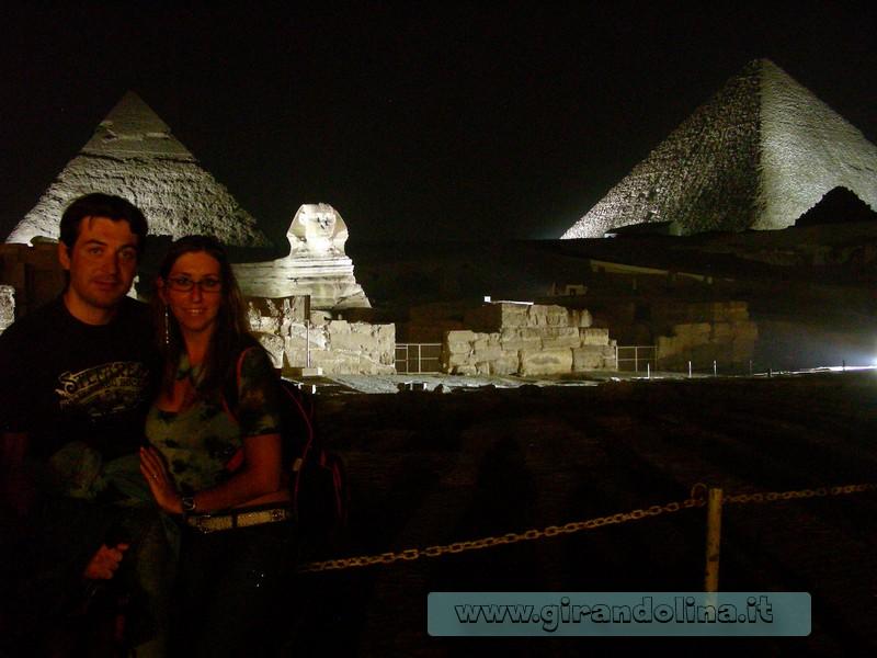 Piramidi Giza by night Egitto
