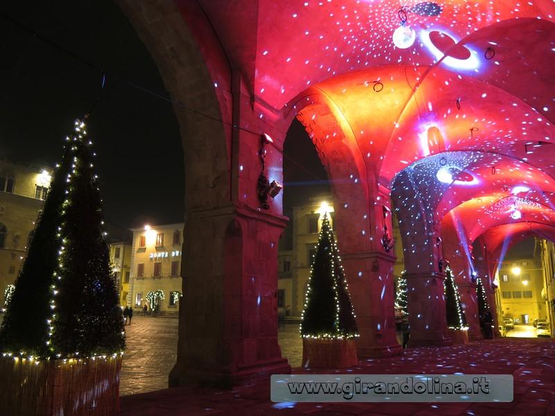 Particolare dell' illuminazione natalizia sotto le Logge del Comune