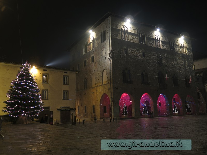 Piazza Duomo a Pistoia. addobbata per il Natale